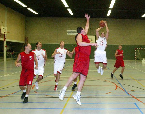 "\""Basketbal Batouwe-Pigeons, Bemmel red sport foto: Gerard Verschooten ?   07-03-2004\"""