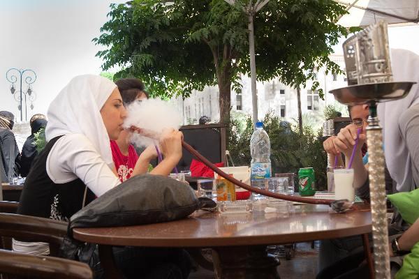 "\""Mei 2010, Syri�, vrouw rookt de Nargilah\"""