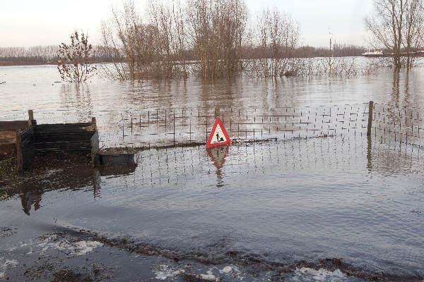 "\""Ooy Ooyse banddijk, Waalwater in tuin fam van t Veld.\"""