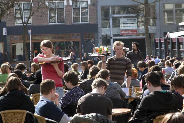 "\""Nijmegen, 18-3-2010 . Lente, Terrassen zitten weer vol. Koningsplein.\"""