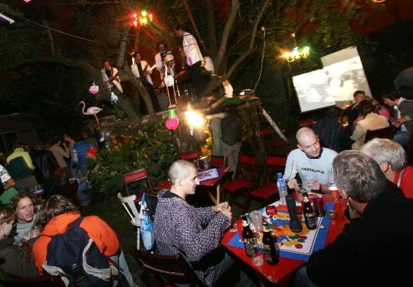 "\""Alternatief tuinfeest op gekraakte boerderij Berg & Dal\"""