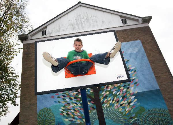 """""""Jongen van basisschool Heyendaal klimt in basketbalmand"""""""