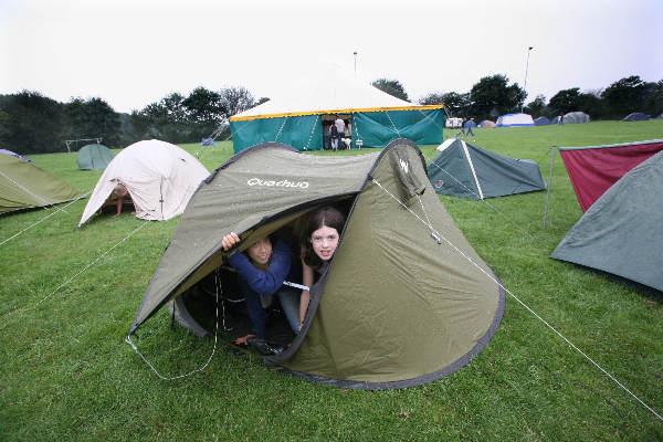 """""""Kandinsky College, opbouw tentenkamp voor 275 brugklassers, die er drie dagen overnachten. Liefst foto waarop ook de grote circustent te zien is"""""""