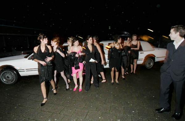 Kerstgala, meisjes komen met limousine ,MaasWaal college. links Petra