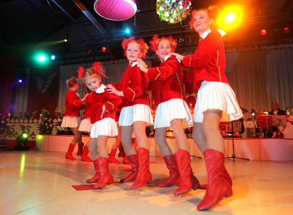 "\""Bemmel, 22-01-2005 Carnavalsavond, dansmarieke van 7 foto: Gerard Verschooten ? FC\"""