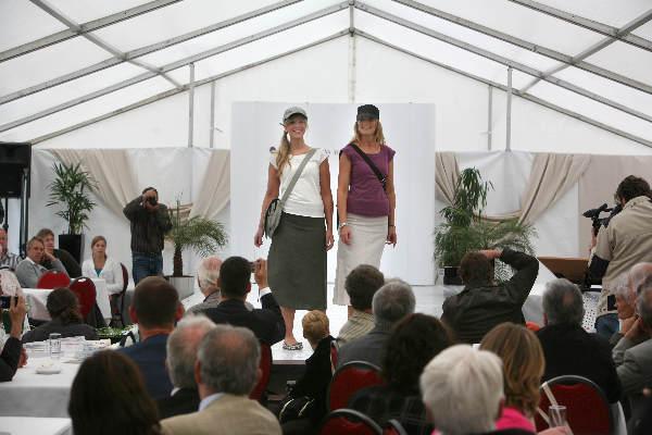 """""""Kledingshow, modeshow gemaakt van hennepvezels, de show vindt plaats in het gebouw van Euregio Rijn Waal aan de Emmericher Strasse 24 in Kleef-Niederrhein."""""""