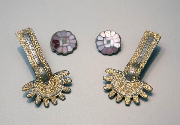 "\""Museum Kasteel Wijchen, Merovingische sieraden, vondsten, kleding (schouder)speld, ketting, broches\"""