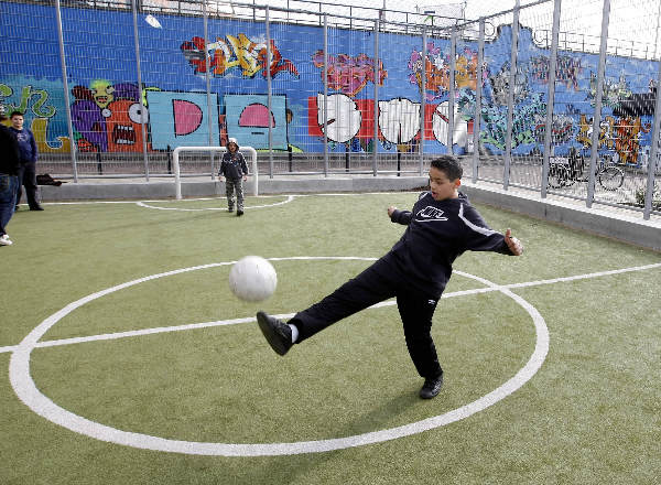 "\""Panna voetbal,  in een kooi, Graafseweg Graafsebrug met grafiti.\"""
