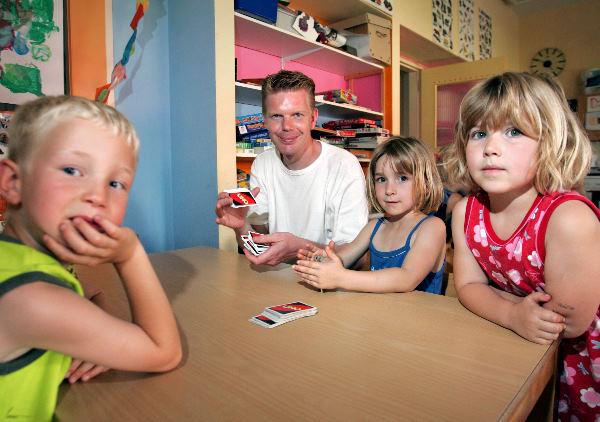 Joost Lutjenhuis graag op de foto met wat kid Man in buitenschoolse opvang
