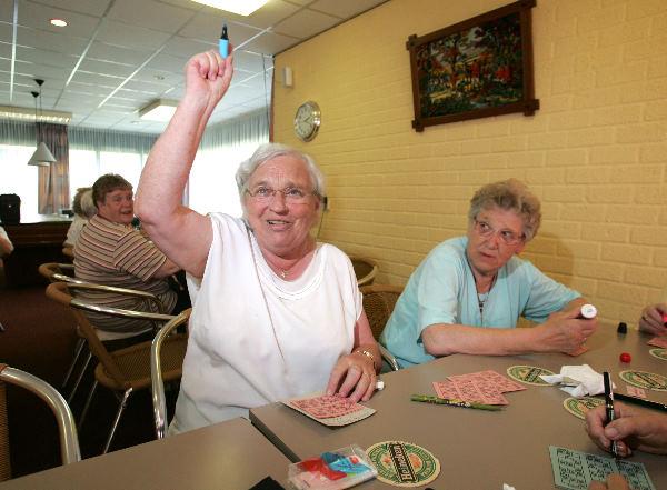 Mevr. Annie van Koolwijk tijdens haar bezoek aan de bingo in de ontmoetingsruimte in het tehuis waarin ze woonachtig is.