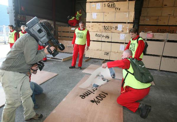 """""""Nijmegen, 23-04-2007 , Greenpeace houdt aktie bij houthandel Emmerik ivm fout hout wat zij nog steeds verhandelen."""""""