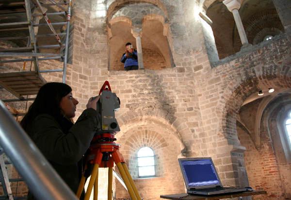 """""""Duitse studenten en Nederlandse bouwhistorici bezig met Bouwhistorisch onderzoek naar St.Nicolaaskapel"""""""
