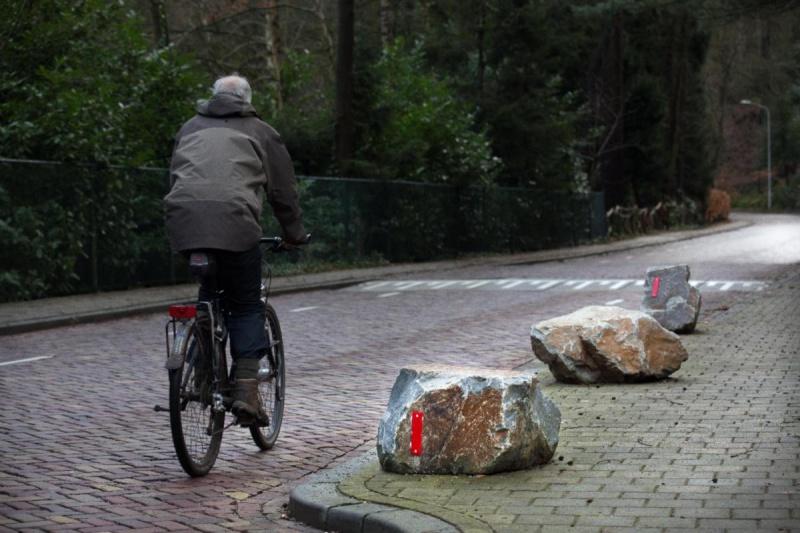 "\""Berg en Dal, Keien op trottoir om parkeren tegen te gaan., 30-1-2013 . dgfoto.\"""
