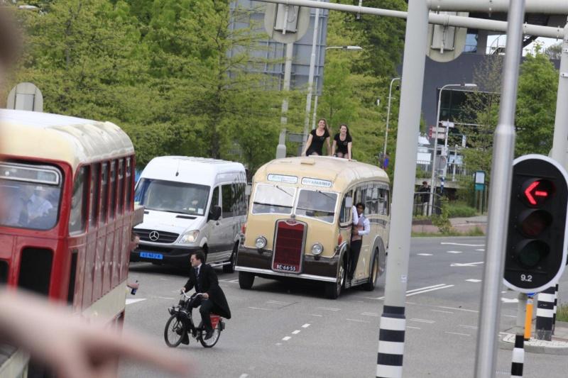 studentenvereniging Carolus Magnus. Ze bestaat 85 jaar. En daarom rijdt ze vanaf 14.00 vanaf de Wedren met allemaal oude en open vehikels door de stad. De heren in jacquet en hoge hoed en vrouwen in mantelpakjes. Nijmegen, 9-5-2013 . dgfoto..