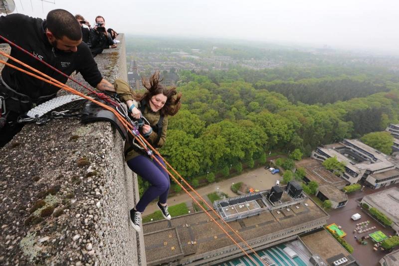 Mensen tokkelen van Erasmusgebouw ivm Lustrumfeest. Fotogemaakt door raam 19de verdieping. 1 verdieping lager.. Nijmegen, 16-5-2013 . dgfoto.