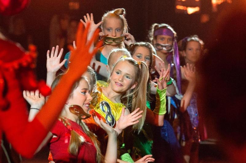Stella van wanrooij aan werk in coulissen. Stella's balletschool houdt voorstelling ij de Stadsschouwburg. . Nijmegen, 9-6-2013 . dgfoto.