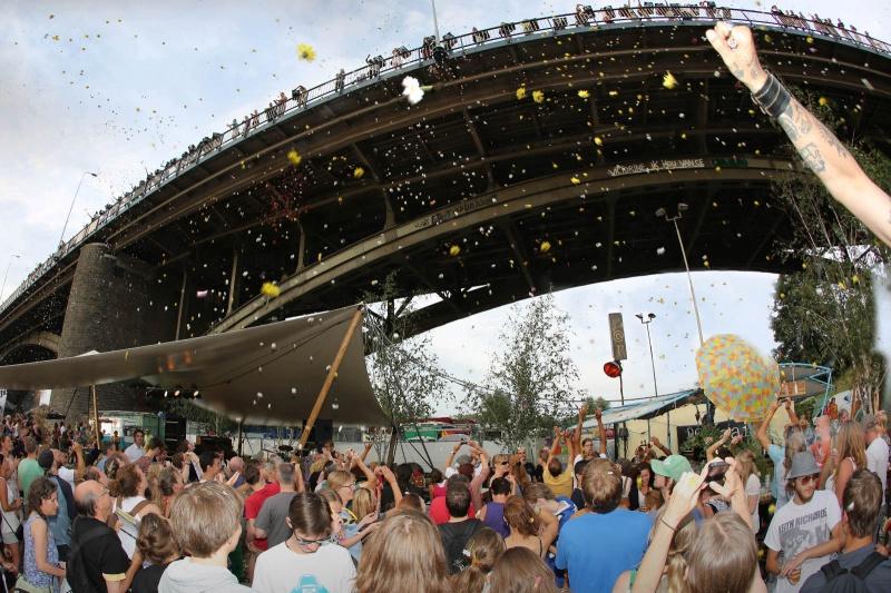 Bloemenregen vanaf de Kaaij. Zomerfeesten, Vierdaagsefeesten, Vierdaagse, . Nijmegen, 16-7-2013 . dgfoto.