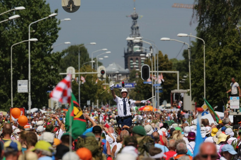 Groenestraat agent met Stevenstoren op de achtergrond. Zomerfeesten, Vierdaagsefeesten, Vierdaagse, . Nijmegen, 19-7-2013 . dgfoto.