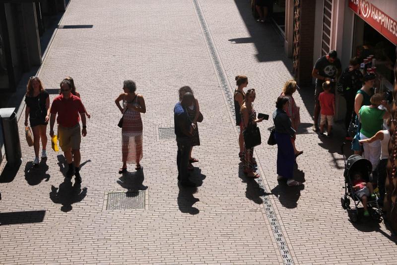 lange rij mensen die een ijs willen van Swirl's in de Mariekenstraat. Nijmegen, 1-8-2013 . dgfoto.