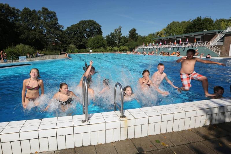 Drukte in zwembad de Goffert. Nijmegen, 5-9-2013 . dgfoto.