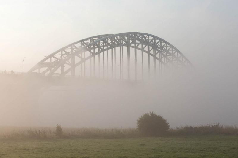 Mist over de Waal en Brug en Stevenskerk. Nijmegen, 29-8-2013 . dgfoto.