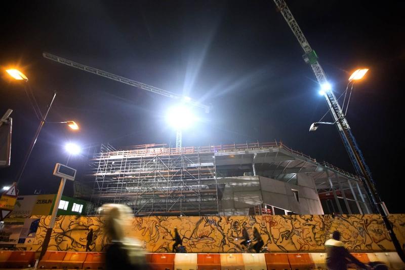 Nieuwbouw Doornroosje heeft vertraging opgelopen, daarom werken bouwvakkers nu ook 's avonds en 's nachts door. Fotograaf kan helaas NIET op de bouwplaats, dus foto moet vanaf openbare weg worden gemaakt.. Nijmegen, 8-10-2013 . dgfoto.