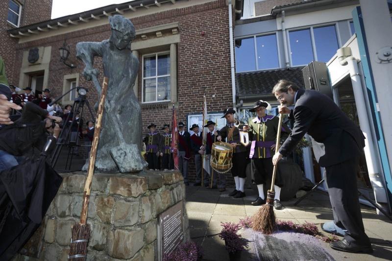 Herdenking van 440 jaar Slag om de Mookerheide. Onthulling van plaquettedoor gouverneur van de koning, Mook, 14-4-2014 . dgfoto.