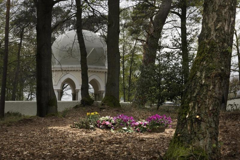 Eerste natuurgraf in de regio. Marieke van Baarle, Heilige Landstichting. Nijmegen, 17-4-2014 . dgfoto.