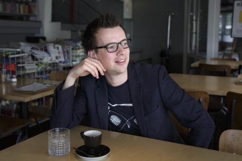 Portretfoto van een pratende Pieter Derks. Nijmegen, 22-8-2014 . dgfoto.