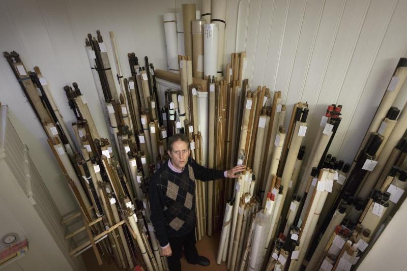 Lucy Holl en haar partner Lowie Brink hebben een wandkaarten antiquariaat. Ze hebben een overzichtwerk samengesteld van alle geschiedkundige wandkaarten . Nijmegen, 6-11-2014 . dgfoto.