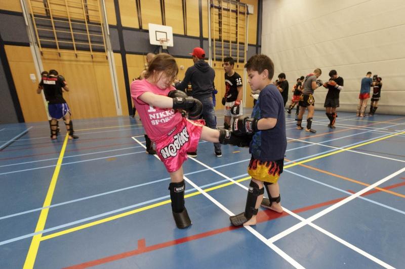 In Hatert krijgen probleemjongeren (of noem ze straatjongeren) vanmiddag kickboxles van twee kickboxkampioenen. Is een beloning voor hun deelname aan een sport (box) programma van een jongerenwerker van Tandem, die ook kickboxtrainer is.. Nijmegen, 7-12-2014 . dgfoto.
