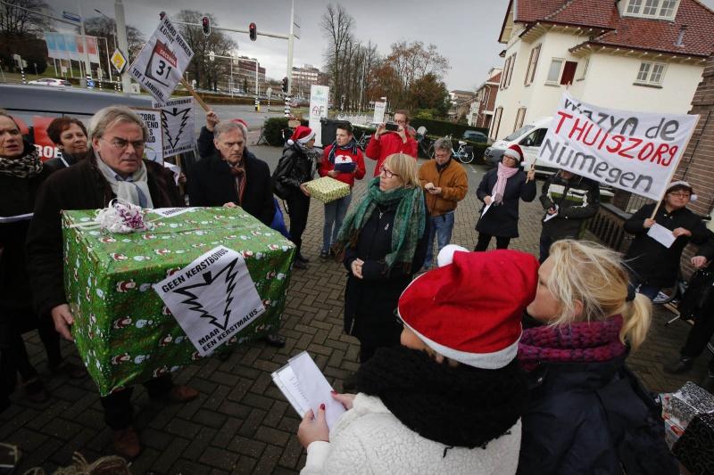 protest huishoudelijke hulpen. hulpen bieden handtekening aan de grote baas van Verian aan. . Nijmegen, 11-12-2014 . dgfoto.