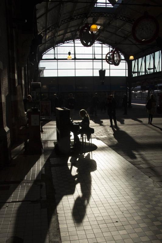 Depiano op het station werd dit weekend ook weer flink bespeeld. Siem speelt op het station. Nijmegen, 23-11-2014 . dgfoto.