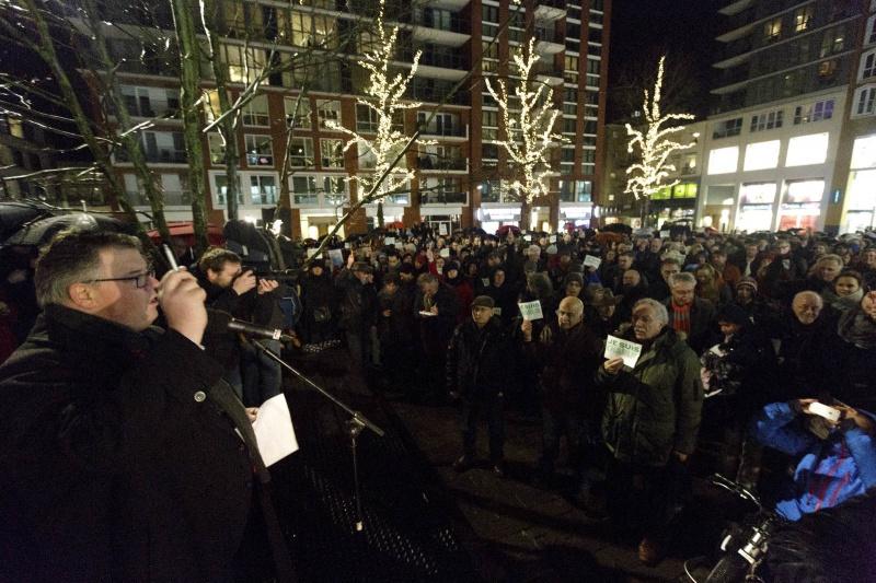 Je suis Charlie, protest en herdenking aanslag op Hebdo op Plein 44 met oa. Bruls, van Heiningen. Nijmegen, 8-1-2015 . dgfoto.