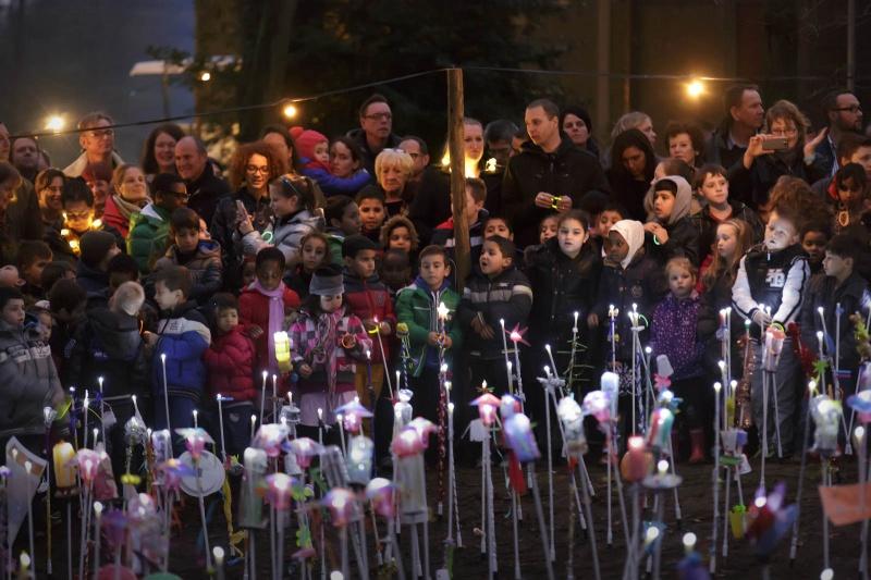 700 leerlingen van diverse scholen in de regio gaan evenzovele verlichte bloemen planten in museumpark Orientalis. Nijmegen, 18-12-2014 . dgfoto.
