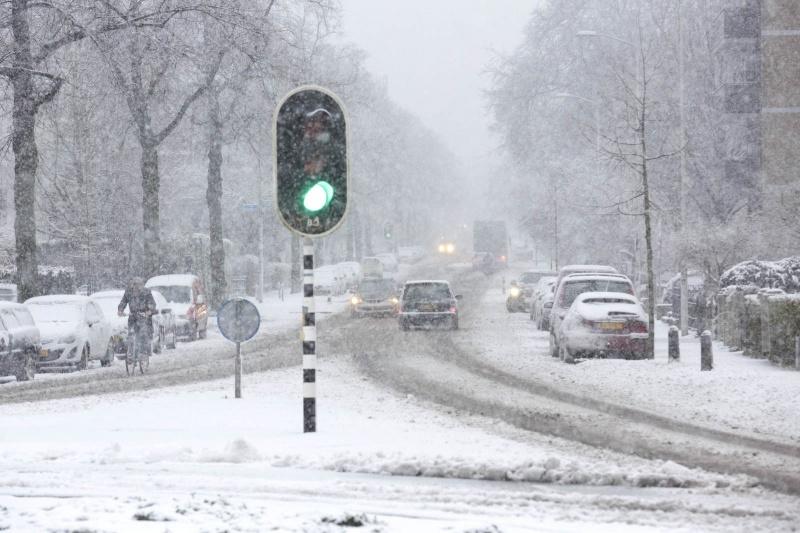 Met de sneeuwruimer op pad, sneeuw. Nijmegen, 27-12-2014 . dgfoto.