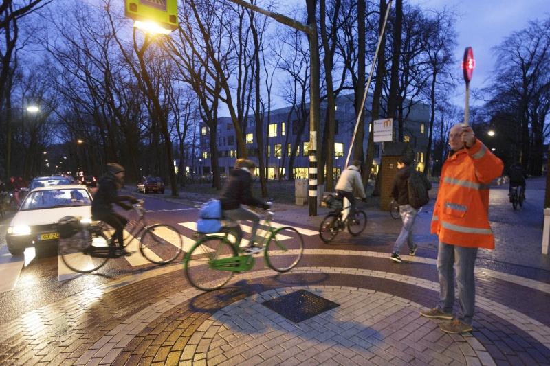 concierges die leerlingen helpen oversteken, over Kwakkenbergweg, Montessoricollege. Nijmegen, 15-1-2015 . dgfoto.