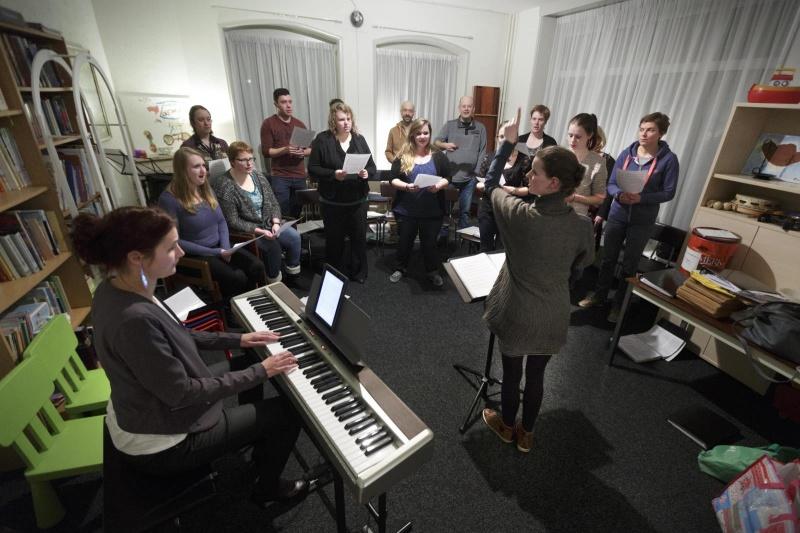 Jongerenkoor Remember in hun nieuwe repetitieruimte bij de kerk in Haalderen. Ze oefenen daar in het parochiehuis, 19-2-2015 . dgfoto.