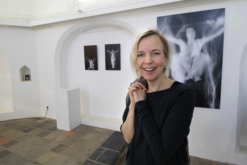 Mieke Janssen , kunstenares. Kerkje van Persingen, 9-3-2015 . dgfoto.