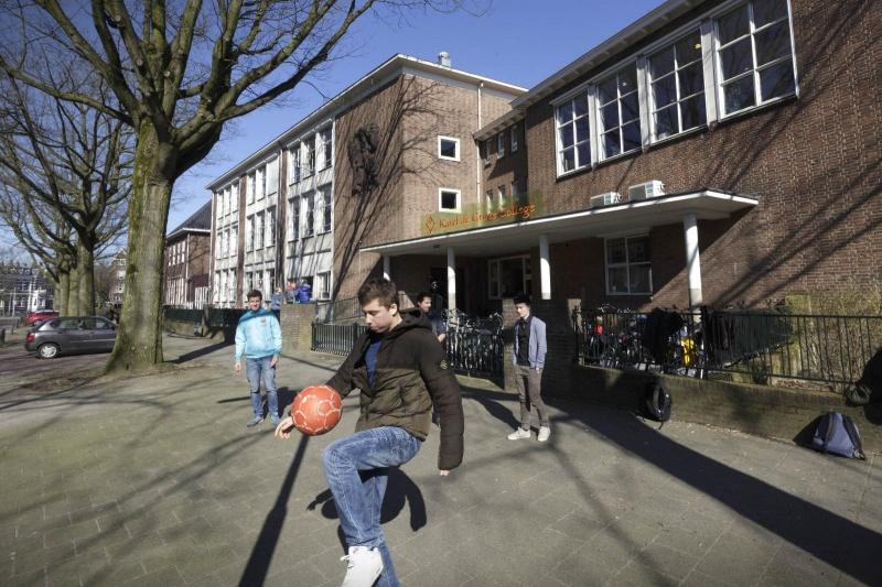 leerlingen en scholieren in of bij  het Karel de Grote College.. Nijmegen, 12-3-2015 . dgfoto.