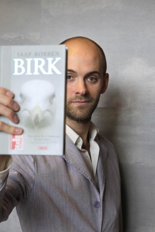 Jaap Robben met zijn boek Birk. Nijmegen, 30-3-2015 . dgfoto.