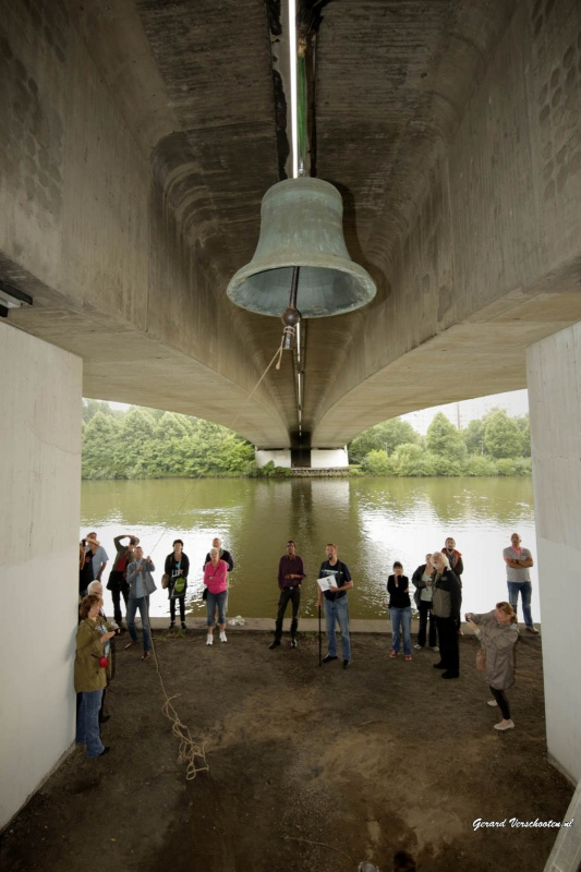 Test klokken die onder de bruggen over het kanaal komen te hangen met wethouder . Nijmegen, 14-7-2015 . dgfoto.