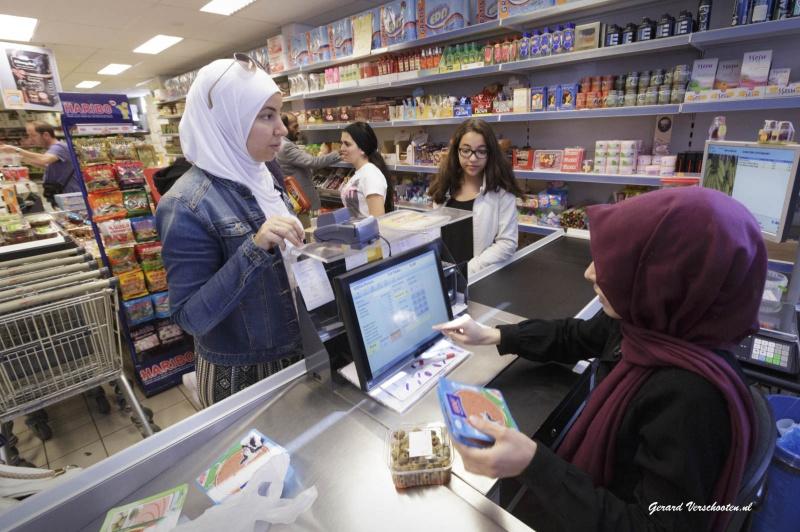 Vandaag doen de moslims inkopen voor het suikerfeest dat morgen wordt gevierd. In de supermarkt Yeni G?naydin wordt het eind van de middag druk. . Nijmegen, 16-7-2015 . dgfoto.