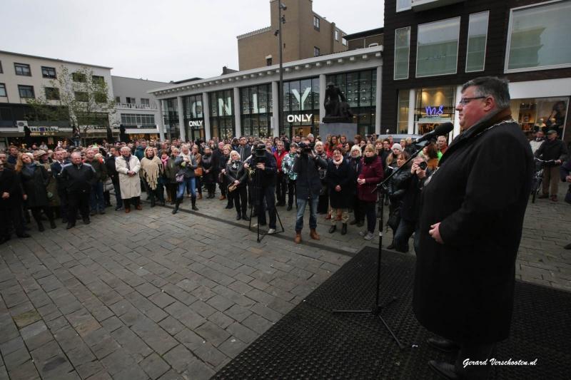 1 minuut stilte op plein'44 voor de aanslagen in Parijs met o.a burgemeester Bruls.. Nijmegen, 16-11-2015 .