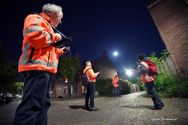 Onderzoeksbedrijf Loo Plan onderzoekt vanavond of en hoeveel vleermuizen er rondvliegen in de Kolpingwijk. Dit omdat die de start van de renovatie en sloop van delen kunnen hinderen. Nijmegen, 29-9-2015 . dgfoto.