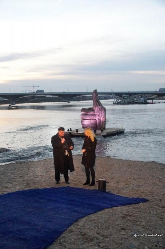 Ruimte voor de rivuer, minister Schultz en burgemeester Bruls laten het eerste water in de nevengeul.. met ook Paul Depla en Jan vd Meer.. Nijmegen, 3-12-2015 .