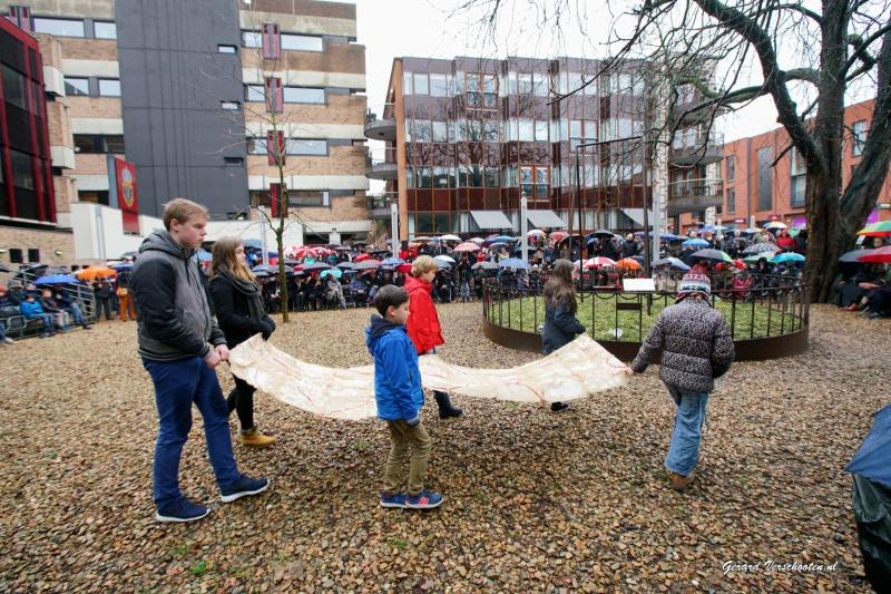 herdenking bombardement nijmegen bijd e schgommel met o.a. medewerker ambassade USA en scholieren Montesori.. Nijmegen, 22-2-2016 .
