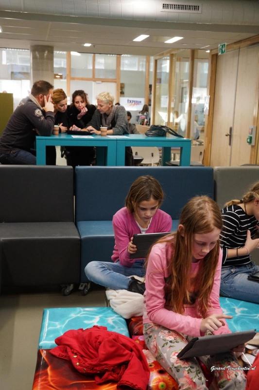 ixperium hogeschool nijmegen (digileercentrum) Scholieren bezig met ict Gebouw hoek Kapittelweg. Nijmegen, 23-11-2015 .