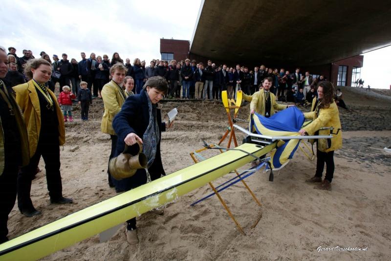 Wilma de Koning, cvb RUN doopt de nieuwe boot van Phocas roeivereniging in de Nevengeul tijdens openingsdingen rivierenpark. Nijmegen, 28-3-2016 .