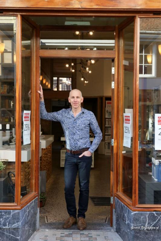 Maarten Mulder in/bij de winkel. Na bijna 80 jaar stopt het familiebedrijf David Mulder. Nijmegen, 29-2-2016 .